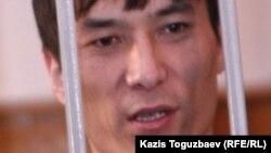 """Рустем Туяков в зале суда в Алматы, где ему предъявляют обвинения """"в организации массовых беспорядков в Шаныраке"""". 5 октября 2007 года."""