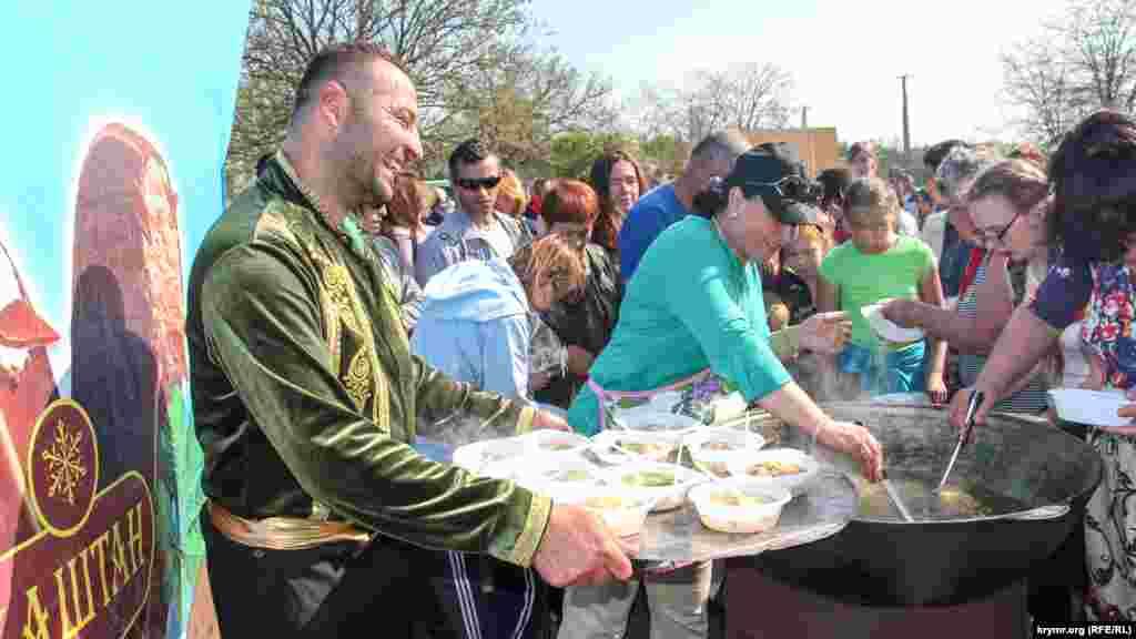 Всем желающим раздавали крымскотатарские традиционные блюда – плов и шурпу