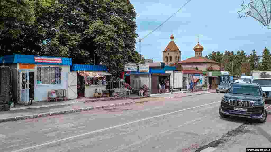 В центре села всегда оживленно: здесь расположены магазины, аптека и церковь