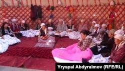 Ачкачылык жарыялаган аялдар. Жалал-Абад, 9-октябрь, 2012.