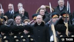 Архивное фото. Президент России Владимир Путин (в центре) на церемонии возложения венка к Могиле неизвестного солдата в российский День защитника Отечества