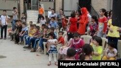 أطفال نازحون في إحتفال في بابل
