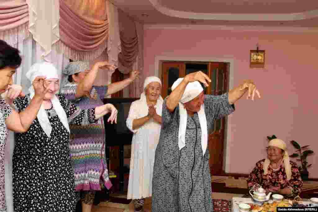 Фотокорреспондент Азаттыка побывала и в доме председателя областного филиала Казахского культурного центра Азизы Дуйсеновой в Янгибазаре. Она пригласила на ауызашар женщин, которые помнят народные песни и обычно поют в Рамадан. В гости к Азизе Дуйсеновой пришли Райхан-апай, Жибек-апай, Тасбиби-апай и Гульсара-апай.