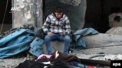 Čovjek žali ubjene članove porodice u bombardovanju okruga Džib al Kubah u Alepu, 30. novembra 2016.
