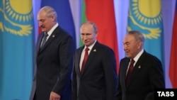 Президент Беларуси Александр Лукашенко (слева), президент России Владимир Путин (в центре) и президент Казахстана Нурсултан Назарбаев после церемонии подписания соглашения о создании Евразийского экономического союза. Астана, 29 мая 2014 года.