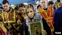 Наталья Поклонская с иконой Николая II на церковном молебне