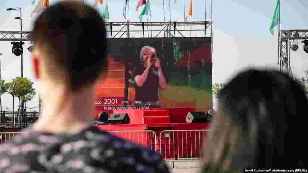 Фестиваль караоке на Поштовій площі. У фестивалі караоке може взяти участь будь-хто, попередньо зареєструвавшись на місці, і виконати пісню одного з переможців «Євробачення» різних років