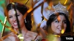 """""""Мисс-Россия"""" 2012 года Елизавета Голованова (слева) и победительница 2013 года Эльмира Абдразакова (справа)"""