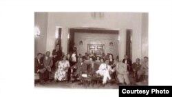 أم كلثوم في بيت جمال بابان من أعيان بغداد. الجالسون بجوار المضيف, رئيس الوزراء نوري السعيد على يساره, والوصي عبد الإله إلى يمينه.