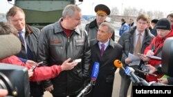 Сулдан уңга: Сергей Когогин, Дмитрий Рогозин, Рөстәм Миңнеханов. Чаллы, 2 апрель 2013