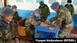 Шамалды-Сайдагы жоокерлер бош убактысында шахмат ойношууда.
