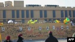 """Портреты погибших в результате авиаударов США членов """"Хезболлы"""" на стене посольства страны в Ираке"""