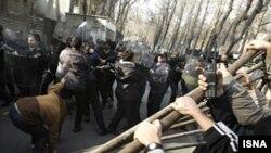 تظاهرات روز یکشنبه در تهران به نفع مردم غزه به درگیری با پلیس کشیده شد. (عکس: ایسنا)