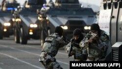چند نیروی ویژه پلیس عربستان، در جریان یک مانور امنیتی در نزدیکی مکه