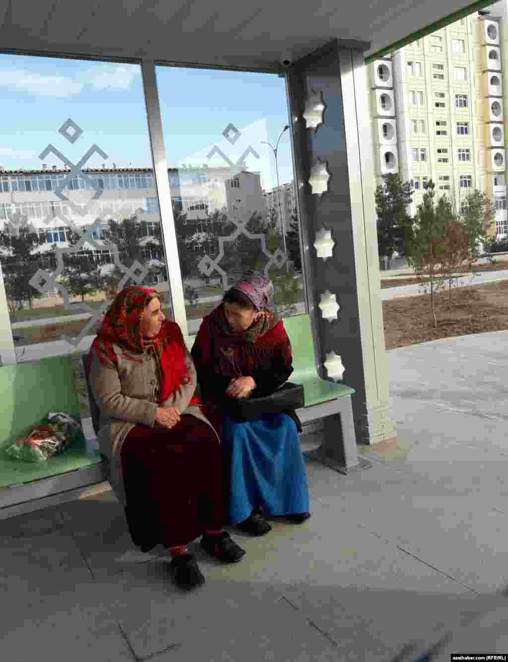 На автобусной остановке в ожидании транспорта, Ашхабад