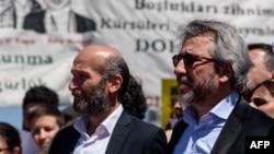 """Главный редактор газеты """"Джумхуриет"""" Джан Дундар (справа) и его коллега Эрдем Гюль."""