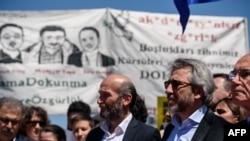 Главный редактор ведущей турецкой оппозиционной газеты «Джумхуриет» Джан Дундар (справа) с коллегами.
