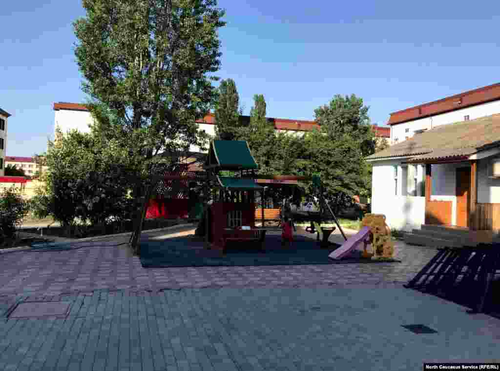 Церковный двор. Здесь обычно играют дети отца Сергия и матушки Галины. 19 мая они находились в доме. В этом дворе нападавшие застали прихожанина Артема Вшикова. Ему спастись не удалось.