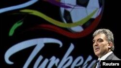 Руководство Федерации футбола Турции подозревает, что судьбу места проведения Евро-2016 года не в пользу этой страны решил голос президента Федерации футбола Израиля. На фото: президент Турции Абдулла Гюль