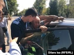 Полиция мен белгісіз біреулер Ордабасы алаңына жақын саябақта жүрген адамды ұстап жатыр. Шымкент, 21 қыркүйек 2019 жыл.