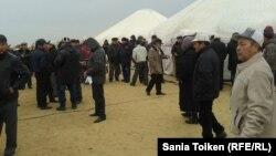 На поминках по жертвам трагических событий 2011 года в Жанаозене. Мангистауская область, 9 декабря 2012 года.