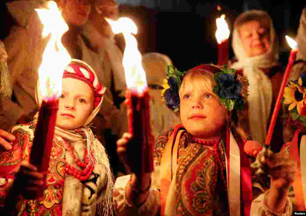 На фото – киевские прихожане православной церкви в национальных костюмах