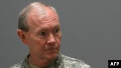 الجنرال ديمبسي متحدثا الى جنود في قاعدة فيكتوري في ضواحي بغداد