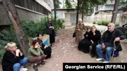 еженцы требуют, чтобы им предоставили жилплощадь в Тбилиси, где можно найти работу
