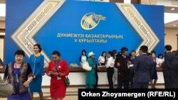 В фойе здания, в котором проводится Всемирный курултай казахов. Астана, 23 июня 2017 года.