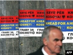 """Posteri na albanskom, engleskom i srpskom jeziku """"Glavu za Kosmet"""" u centru Beograda - fotografija iz arhive"""