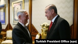 Turkey -- Turkish President Tayyip Erdogan (R) meets with U.S. Defense Secretary Jim Mattis at the Presidential Palace in Ankara, August 23, 2017