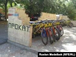 Алматыдағы велосипедтерді жалға беретін дүкен. Алматы, 16 шілде 2014 жыл.