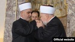 Primopredaja dužnosti reisa, Husein ef. Kavazović (lijevo) i Mustafa ef. Cerić (desno)