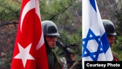 Военнослужащие с флагами Израиля и Турции.