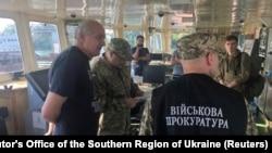 Слідчі Служби безпеки України і військової прокуратури на затриманому танкері
