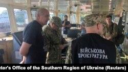 Сотрудники СБУ и военной прокуратуры Украины и экипаж российского танкера NIKA SPIRIT.