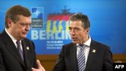 Міністр закордонних справ України Костянтин Грищенко (л) і генеральний секретар НАТО Андерс Фоґ Расмуссен (п) перед засіданням Комісії Україна-НАТО в Берліні