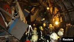 Спасатели на станции метро, где произошла авария. Москва, 15 июля 2014 года.