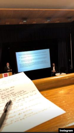 Имон Каримованинг 1 октябрь кунги Instagram постидан унинг LSE - London School of Economics логоси қўйилган аудиториядан олингани кўрилади.