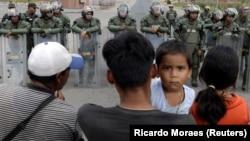 ბრაზილია, პაკარაიმა, 2019 წლის 22 თებერვალი: ვენესუელის ტერიტორიაზე შესვლის მსურველებს ამის შესაძლებლობას არ აძლევენ ვენესუელის ეროვნული გვარდიის წევრები