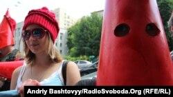 Люди в червоних капелюхах прийшли до Печерського РУ МВС