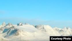 Таянье ледового щита Гренландии одно из тревожных последствий глобального потепления.