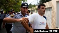 Расул Джафаров – яркий молодой оппозиционер, наиболее известен по флешмобу во время сессии ПАСЕ в Страсбурге, по кампании «Пой для демократии» во время проведения «Евровидения» в Азербайджане, по деятельности бакинского клуба по правам человека, который так и не удалось официально зарегистрировать