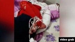 Видеодон алынган сүрөт. Интернетте кыргызстандык эки кыз дагы бир кыргыз кыздын колун байлапсабап,бычак менен коркутуп жатканын көрсөткөнтасма тарады.