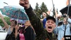 Святкування після оголошення результатів сепаратистського «референдуму» у Луганську, 12 травня