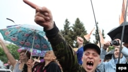 Люди в Луганске радуются после объявления итогов спорного референдума в поддержку независимости Луганской народной республики. 12 мая 2014 года.