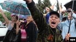 Иллюстрационное фото. Участники митинга в честь «референдума» о статусе Луганской области, май 2014 года