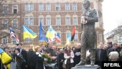 Під час церемонії відкриття пам'ятника Тарасові Шевченку у Празі. 25 березня 2009 року