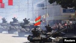 Tancuri ale autoproclamatei republici transnistrene la o paradă militară în Tiraspol