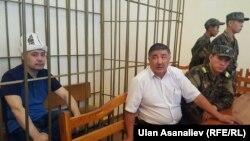 Садыр Жапаров и его адвокат Шарабидин Токтосунов в зале суда. 15 сентября 2017 г.